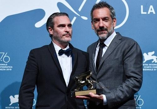 Todd Phillips (phải) và Joaquin Phoenix nhận giải. Ảnh: AFP.