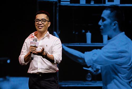 Nhà sưu tập nước hoa Eric Trần có nhiều chia sẻ về cách lựa chọn mùi hương. Ảnh: Quỳnh Trần.
