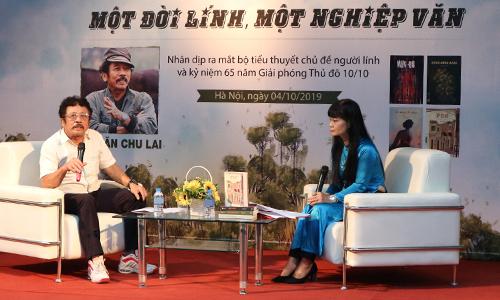 Chu Lai trò chuyện với nhà văn Võ Thị Xuân Hà (phải).