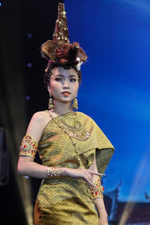 Người mẫu Nguyễn Phương Anh được thí sinh Vân Miu Beautytrang điểm, trình diễn bằngtrang phục truyền thống củađất nước chùa Vàng - Thái Lan.