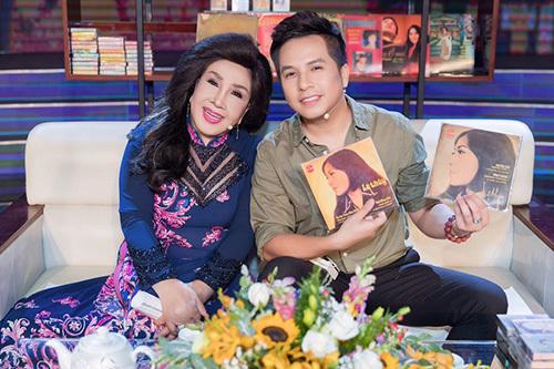Lệ Thủy bên con trai Dương Đình Trí cùng các băng dĩa ca nhạc của bà.