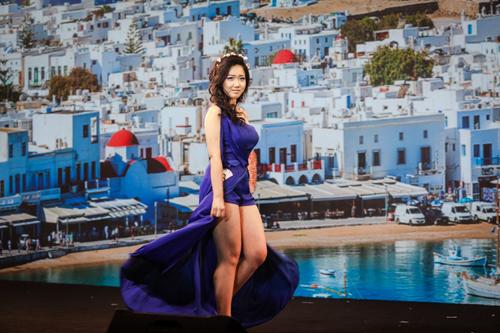 Thí sinh Nguyễn Trang Thiên Anh chọn phong cách trang điểm Hy Lạp cho người mẫu Phạm Ngọc Phương Anh với chiếc đầm dạ hội lệch vai tông xanh, đôi mắt trang điểm tông xanh - màu sắc đặc trưng của xứ sở thần thoại.