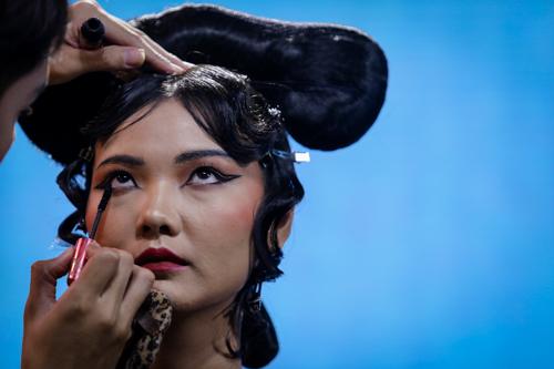 Người mẫu Rosa được nam thí sinh Hùng Khang tô điểm cho đôi mắt đậm, sắc, mangphong cách của đất nước Trung Quốc.