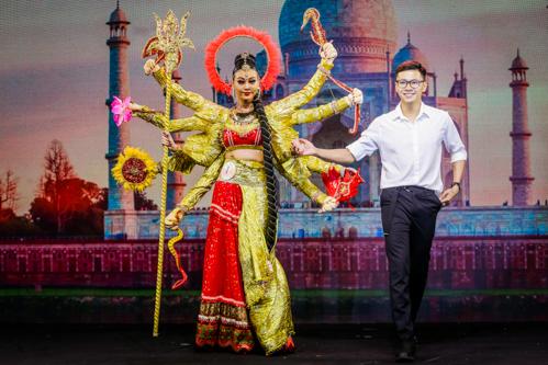 Thí sinh Hà Đức Sang trang điểm nhấn vào đôi mắt của người mẫu Trần Tuyết Như. Anh chú trọng chấm đỏ đặc trưng của các mỹ nhân Ấn Độ và trang phục bồng bềnh giúp người mẫu thêm nổi bật.