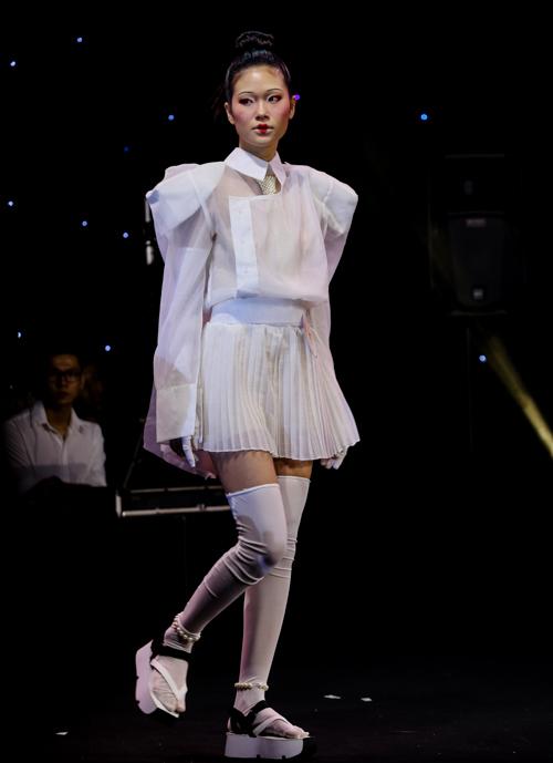 Người mẫu Đỗ Thu Uyên được thí sinh Mai Hoa chọn trang điểm theo phong cách Nhật Bản. Layout trang điểm tối giản lấy cảm hứng từ gương mặt của các geisha.