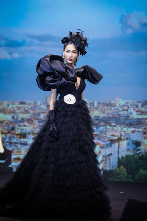 Trong khi đó, thí sinh Dương Hoàng Nhã giới thiệu phong cách trang điểm đến từ nước Pháp cho người mẫu Haedy Ly. Người mẫu diện đầm dạ hội màu đen, trang điểm bắt sáng với son môi đỏ, phấn má hồng nổi bật. Thần thái người mẫu kiêu kỳ như những quý cô ở kinh đô ánh sáng Paris.