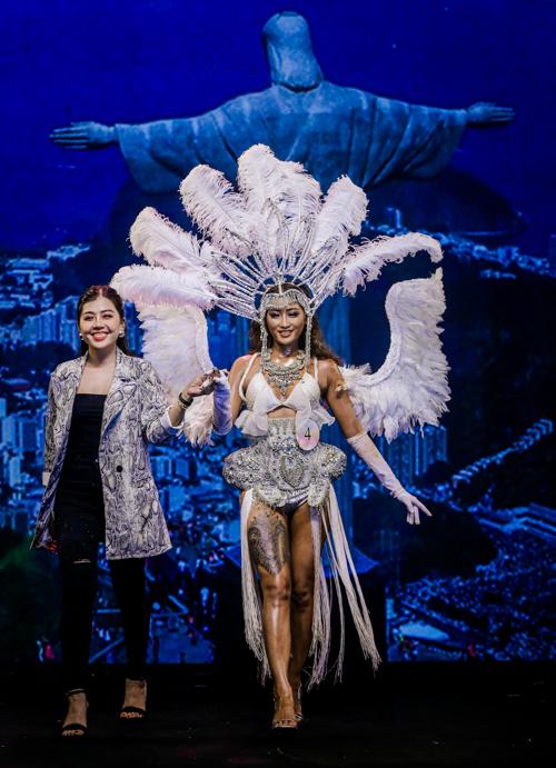 Qua tài năng của thí sinh Nguyễn Ngọc Tuyết Trâm, người mẫu Lê Thiên Bình hóa thân cô gái vũ hội carnival nóng bỏng - hình ảnh đặc trưng của vùng đất Brazil.