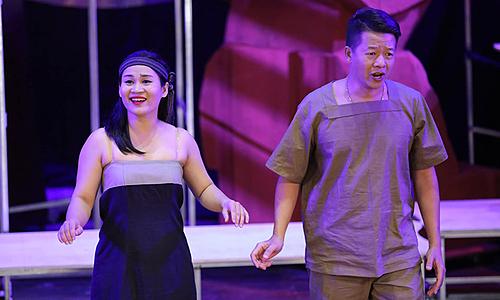 Nghệ sĩ Vũ Mạnh Dũng (phải) đóng chiến sĩ Thạch Sơn.
