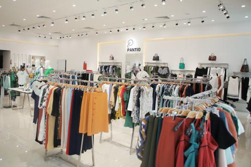 Thời trang Pantio được thành lập từ năm 2010 với tiền thân từ thương hiệu áo cưới Phượng Anh, nay đã trở thành thương hiệu thời trang được nhiều người yêu thích và lựa chọn.
