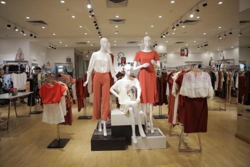 Mỗi khu trưng bày, bài trí theo các bộ sưu tậpvà từng dòng sản phẩm để khách hàng tiện theo dõi, mua sắm.