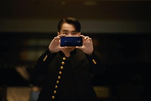 Sơn Tùng M-TP dùng điện thoại ghi lại khoảnh khắc bạn bè bằng điện thoại.