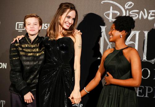 Angelina Jolie và hai con gái Shiloh (trái), Zahara. Ảnh: Reuters.