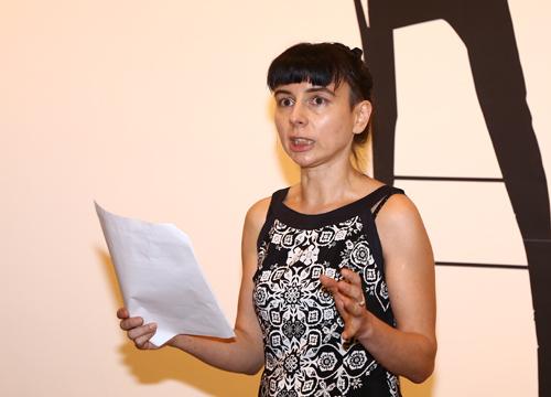 Nữ nghệ sĩ Franca Bartholomäi trong buổi khai mạc triển lãm Nàng K... tại Hà Nội tối 7/10.