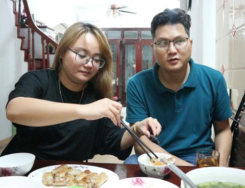 Mai Anh chăm sóc chồng trong bữa ăn.
