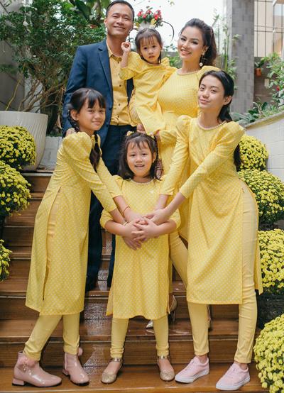 Vũ Thu Phương bên chồng và bốn con gái. Ảnh: VTP.