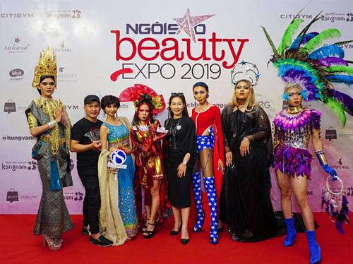 Các nghệ sĩ hóa trang, Drag queen chụp lại khoảnh khắc dự sự kiện cùng logo của iS Clinical.