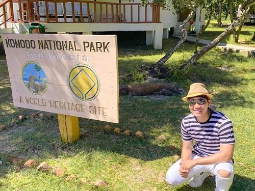 Từ Jakarta, anh đặt chuyến bay đến Labuan Bajo.  Anh trả phí khoảng 200 nghìn đồng/người để vào tham quan công viên rồng cùng hướng dẫn viên người bản địa. Komodo là một loại rồng đất (thằn lằn lớn) nổi tiếng, với chiều dài có thể đạt tới 3 m và nặng tối đa 70 kg. Rồng Komodo khá dữ nên du khách phải giữ khoảng cách an toàn khi tiếp cận. Hướng dẫn viên luôn mang theo một cây gậy phòng trường hợp bị rồng tấn công.