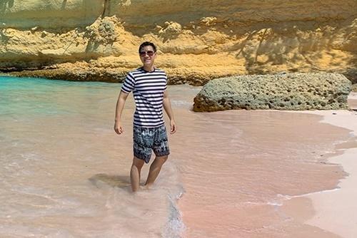 Bên cạnh cảm giác hồi hộp xen lẫn phấn khích đi lại gần loài rồng đất, anh cũng ấn tượng với cảnh sắc thiên nhiên hoang sơ, những bờ biển uốn lượn và vắng người. Nam MC đã đến bãi biển màu hồng có tên Pantai Merah, nơi được mệnh danh là một trong những bãi biển đẹp nhất hành tinh. Màu hồng của cát biển được tạo nên bởi các loài sinh vật siêu nhỏ Foraminifera với lớp vỏ hồng.