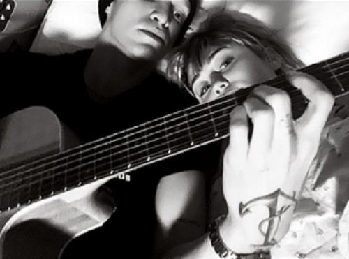 Miley Cyrus nằm cạnh bạn trai Cody Simpson trên giường bệnh. Ảnh: Instagram.