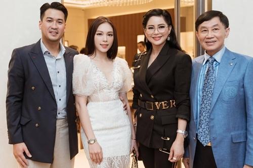 Người mẫu bên bạn trai (trái) và vợ chồng cựu diễn viên Thủy Tiên.