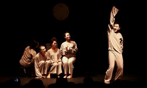 Một cảnh trong vở kịch Nữ ca sĩ hói đầu. Ảnh: Hồng Nhung.