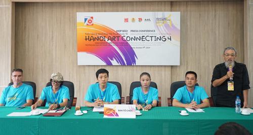 Các nghệ sĩ tại họp báo Hanoi Art Connecting. Họa sĩ Phan Cẩm Thượng (phải) nhận định sự kiện có ý nghĩa giao lưu quan trọng.