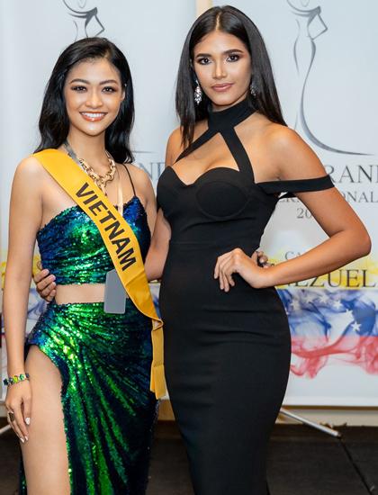 Kiều Loan (trái) diện váy xẻ tại buổi nhận sách của MGI. Ảnh: Miss Grand International.