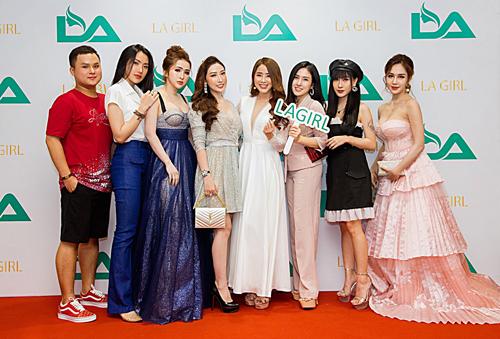 Dàn khách mời chụp ảnh tại sự kiện ra mắt bộ xả gội mới phục hồi tóc hư tổn LA girl ngày 27/9.