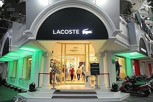Tại sự kiện, Quang Đại đã có cơ hội trải nghiệm không gian cửa hàng mới của thương hiệu Lacoste với tên gọi Le Club. Đây là một concept được tạo nên bởi nguồn cảm hứng từ chính cha đẻ Rene Lacoste với sứ mệnh khắc họa bản sắc thương hiệu và hơn hết, là đem tới một khái niệm mới về kiến trúc, không gian và trải nghiệm mua sắm.
