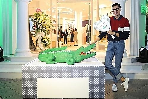 Quang Đại chụp hình cùng Cá sấu xanh- biểu tượng của thương hiệu.