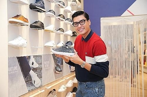 Ông chú ngôn tình trải nghiệm những thiết kế giày mùa mốt mới của Lacoste.