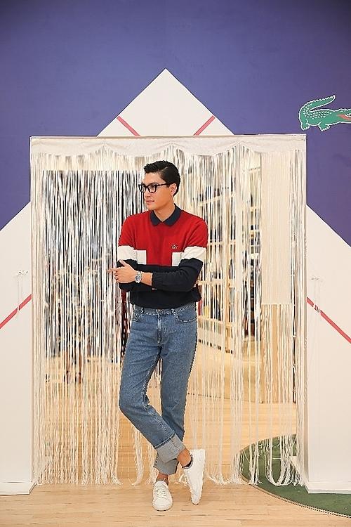 Quang Đại diệnthiết kế sweatshirt mùa Thu Đông mới kết hợp với jeans và sneaker trắng.