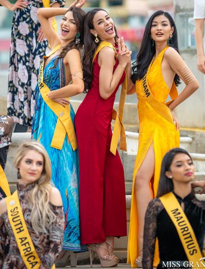 Kiều Loan (váy vàng) tham quan thành phố Caracas, Venezuela. Ảnh: Miss Grand International.