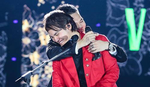 Khắc Việt ôm em trai trên sân khấu.