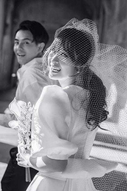 Ảnh cưới trong thiệp báo hỉ doĐông Nhi chia sẻ.