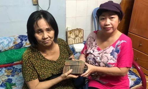Diễn viên Phi Phụng (phải) trao tiền quyên góp của khán giả cho Hoàng Lan chữa bệnh hồi tháng 7. Ảnh: Phi Phụng.