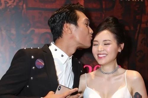 Quang Tuấn tình tứ với vợ trên thảm đỏ hôm 8/10. Ảnh: Bil.