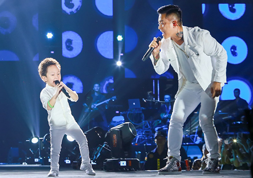 Con trai Tuấn Hưng - bé Su Hào - nhảy cùng bố.