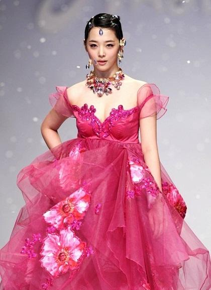 Vẻ gợi cảm của Sulli khi khoác lên mình chiếc váy màu hồng cánh sen.