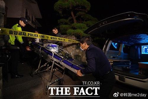 Công tác khám nghiệm hiện trường đã hoàn tất, thi thể sao quá cố được đưa đến bệnh viện.