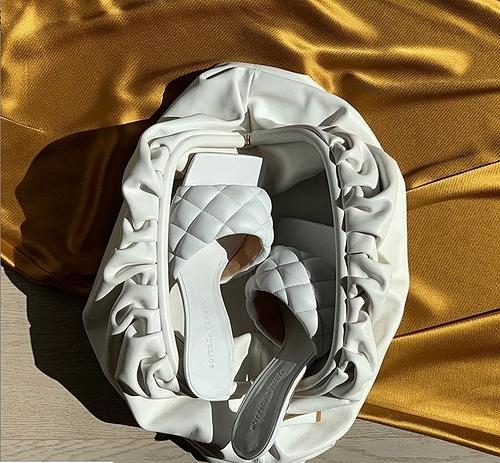 Trên hết, giày và dép cao gót mõm vuông là phép tổng hòa của sự sang trọng cổ điển với trào lưu thời trang đường phố phá cách ở thời điểm hiện tại. Mùa Thu - Đông 2019 là thời của những đôi giày cao gót mõm vuông, và cơn sốt này hứa hẹn sẽ không hề suy giảm vào Xuân - Hè sang năm cùng với các mẫu túi của Daniel Lee tại Bottega Veneta.