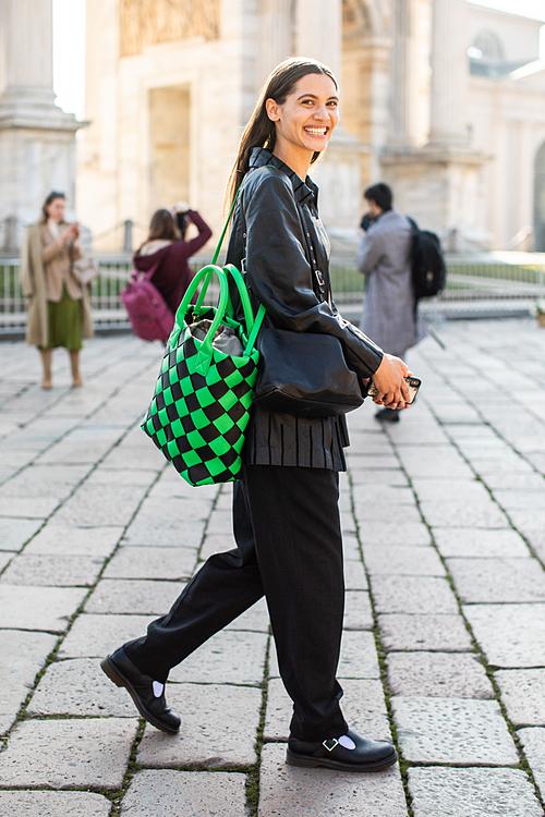 Maxi Cabat – to hơn, tiện dụng hơn  Những chiếc Maxi Cabat giờ đây đã giải quyết triệt để vấn đề tư trang cá nhân cho những người bận rộn 24/7 - rất phù hợp với tinh thần trẻ trung và năng động mà Daniel Lee muốn truyền tải vào thương hiệu vốn có tiếng là cổ điển như Bottega Veneta.