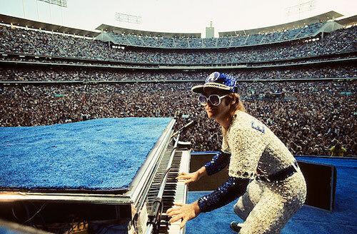 Elton John biểu diễn tại Los Angeles năm 1975. Ảnh: Rolling Stone.
