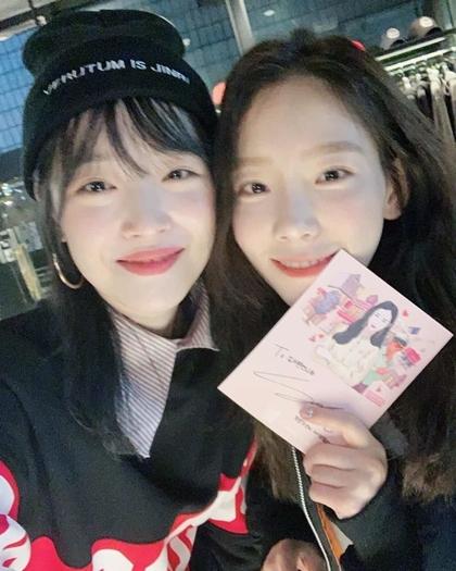 Sulli (trái) và Taeyeon có mối quan hệ thân thiết từ thời là thực tập sinh.