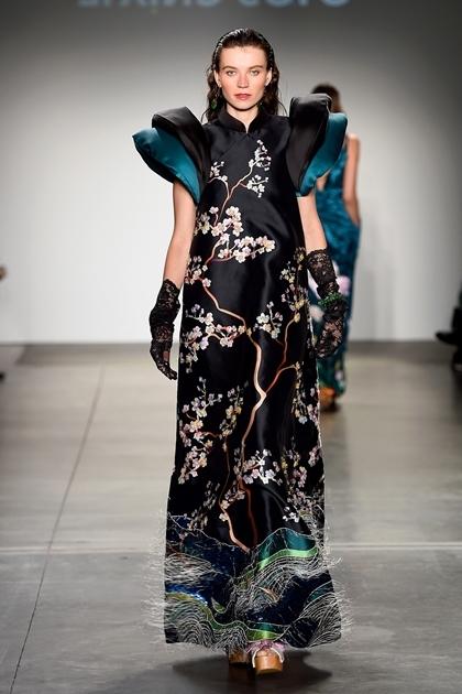Một thiết kế trên phom dáng áo dài truyền thống, cách điệu ở phần tay.