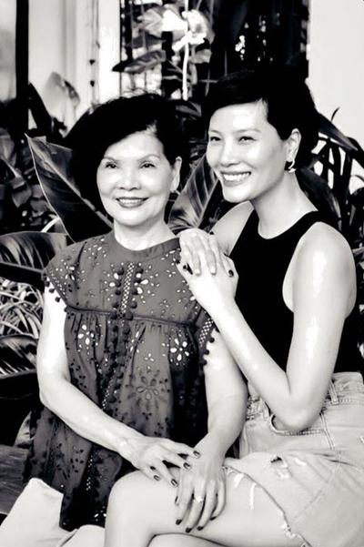 Cựu người mẫu Vũ Cẩm Nhung (phải) và mẹ. Ảnh: VCM.