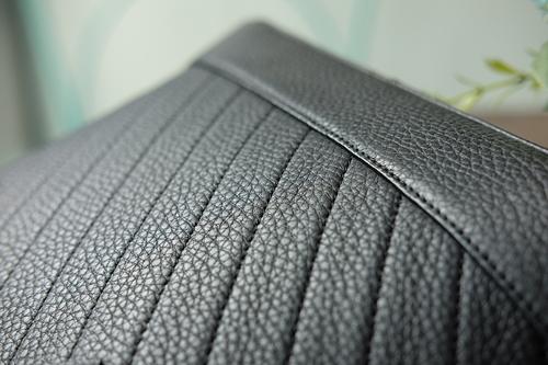 Một góc của chiếc túi xách da thật  được làm chỉn chu từng đường kim mũi chỉ