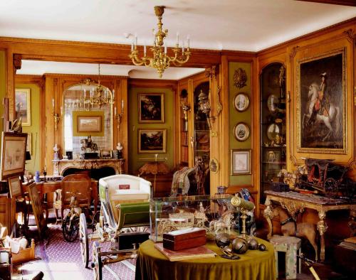 Những món đồ được Émile-Hermès sưu tầm theo năm tháng giờ lấp đầy không gian tại văn phòng Hermes tại trái tim thủ đô Paris.