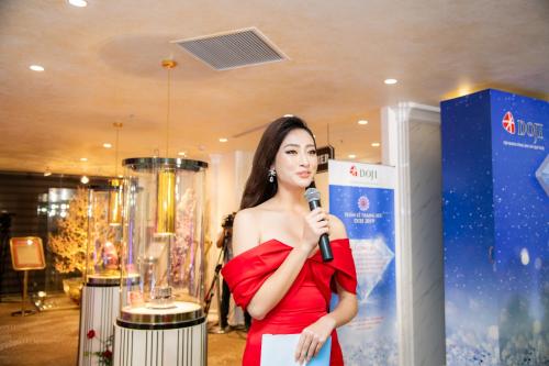 Lương Thùy Linh giới thiệu những bảo vật kỷ lục của DOJI