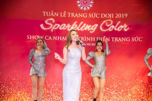 Mỹ Tâm khoe giọng hát cao vút, nội lực khi biểu diễn các ca khúc được giới trẻ yêu thích trong Tuần lễ trang sức DOJI với chủ đề Sparkling Color, vào tối 16/10, tại DOJI Tower, số 5 Lê Duẩn, Hà Nội.